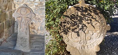 Stèles discoïdales de l'église Notre-Dame d'Arancou