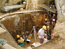 Fouilles à la grotte Bourouilla d'Arancou